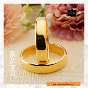 /></figure> </div> <!-- /wp:image -->  <!-- wp:paragraph --> <p>Cincin Kawin Tunangan Emas Kuning Polos Couple YG0260YG dibuat dengan bahan Emas Kuning kadar 75% untuk kedua cincin. Model cincin dengan desain elegant untuk pria dan wanita ini akan menambah keindahan jari manis Anda pada saat moment pernikahan atau tunangan.</p> <p>Kedua cincin tersebut terlihat begitu menawan dengan designnya yang polos dan dipadukan dengan <em>finishing glossy</em> sehingga semakin tampak elegan terutama ketika dikenakan pada jari manis pasangan kekasih.</p> <!-- /wp:paragraph -->  <!-- wp:paragraph --> <p>Spesifikasi Produk :<br />Bahan       : Emas Kuning 75%<br />Berat        : +- 9 gram<br />Jumlah      : Sepasang<br />Lebar cincin : +- 4 mm<br /><em>Finishing</em>    : <em>Glossy</em> (bisa dirubah sesuai selera)</p> <!-- /wp:paragraph -->  <!-- wp:paragraph --> <p>Pre Order<br />Waktu Pengerjaan : 6 Minggu</p> <!-- /wp:paragraph -->  <!-- wp:paragraph --> <p>Pengiriman : RPX/POS Express/JNE/TIKI/EMS Indonesian Post (untuk luar negeri) + Asuransi sd 20juta (Gratis)</p> <!-- /wp:paragraph -->  <!-- wp:heading {