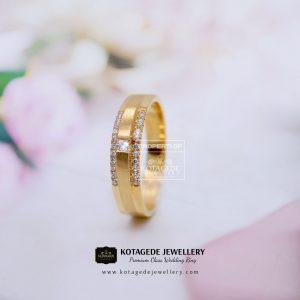 Cincin Kawin Tunangan Emas Simple Elegant Kuning YG0132